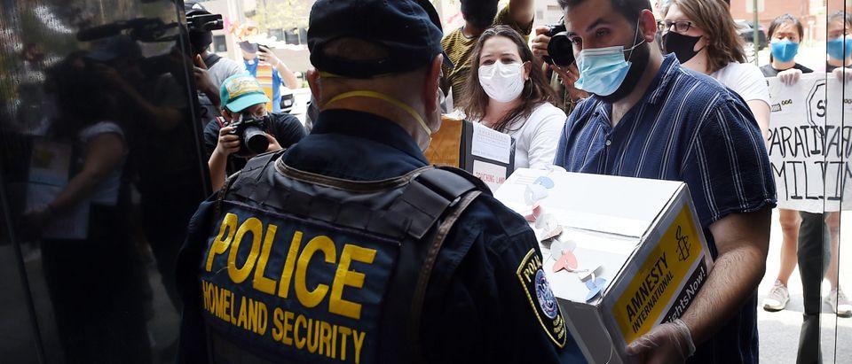 us-HEALTH-VIRUS-POLITICS-immigration-protest