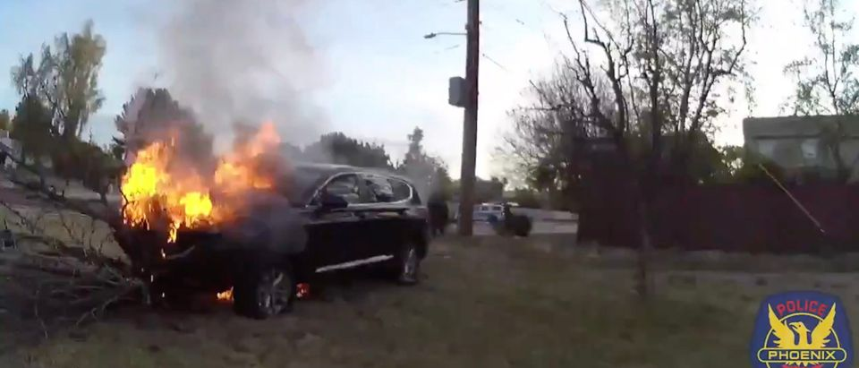 Phoenix Police rescue driver from burning car [Twitter:Screenshot:Phoenix Police Department]
