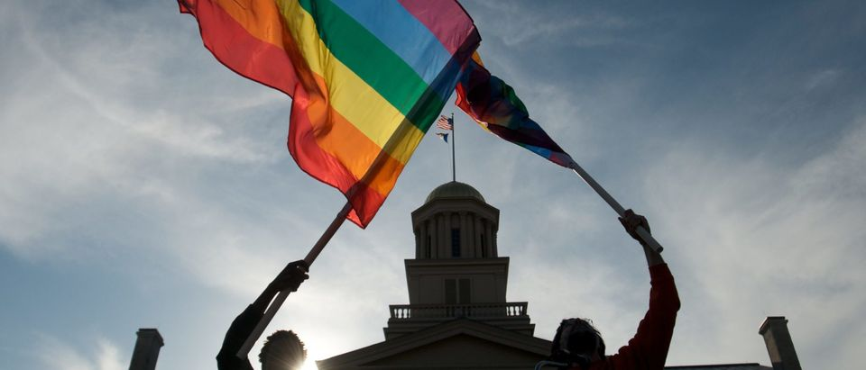 Iowa Supreme Court Unanimously Approves Gay Marriages