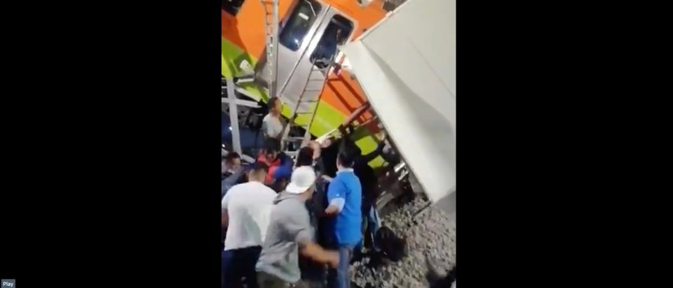 Mexico City overpass collapsed, leaving at least 23 dead [Twitter:Screenshot:Carlos Zúñiga Pérez]