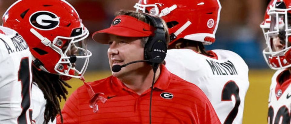 CHARLOTTE, NORTH CAROLINA - SEPTEMBER 04: Head coach Kirby Smart of the Georgia Bulldogs tallks with his players during the first half of of their game against the Clemson Tigers in the Duke's Mayo Classic at Bank of America Stadium on September 04, 2021 in Charlotte, North Carolina. (Photo by Grant Halverson/Getty Images)